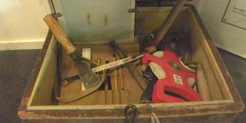 De koffer van Leen de Keijzer bij de Archeologische werkgroep Houten